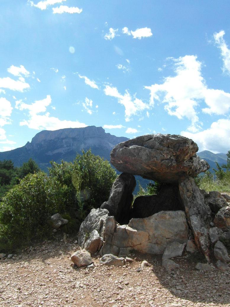Dolmen de Tella, al fondo Castillo Mayor.