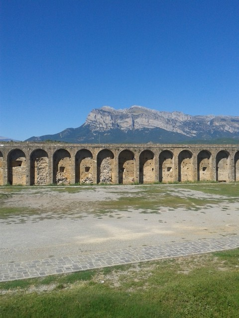 Castillo de Aínsa, Al fondo Peña Montañesa.